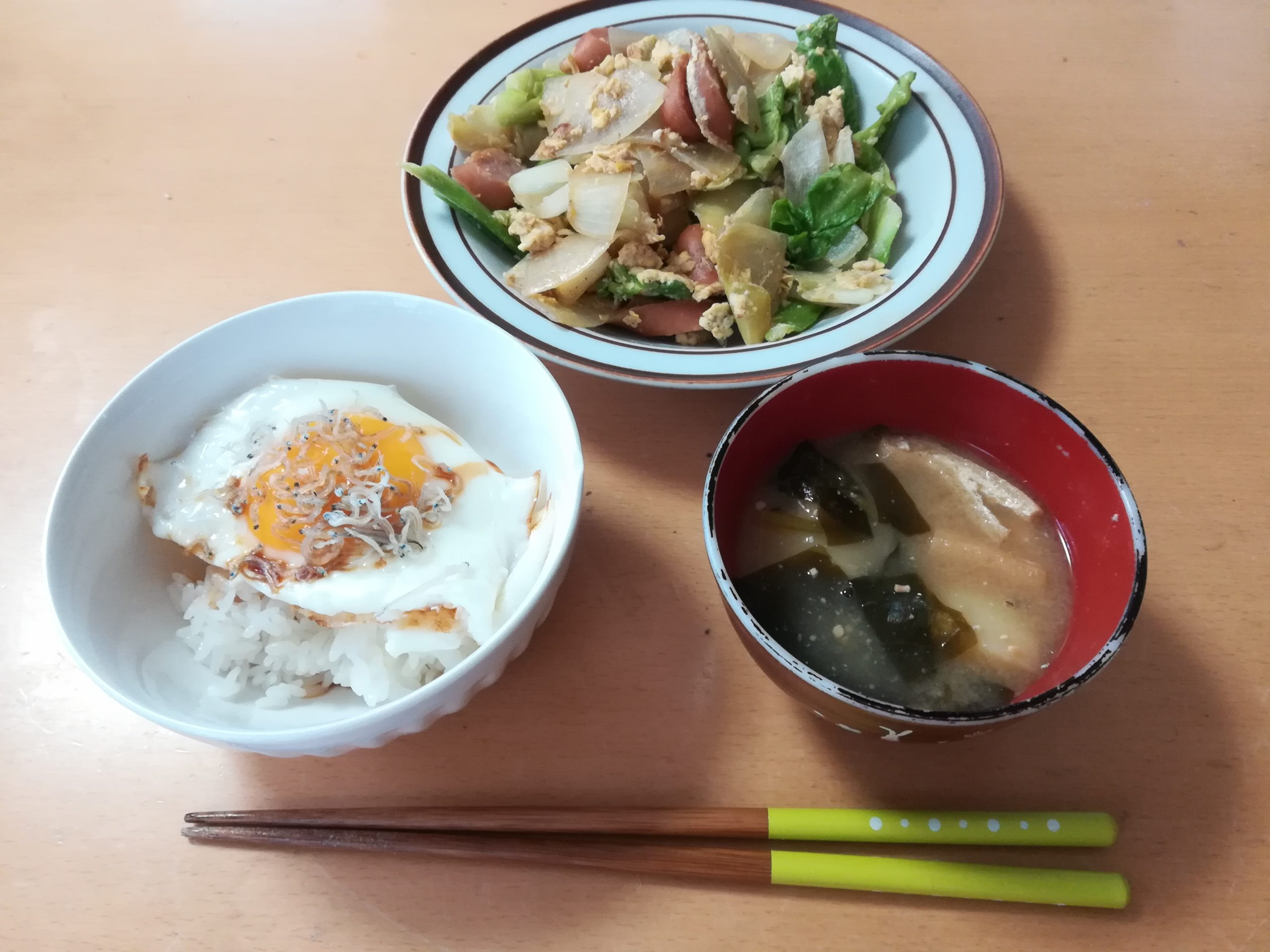 次女が作った野菜炒めと目玉焼きご飯と味噌汁