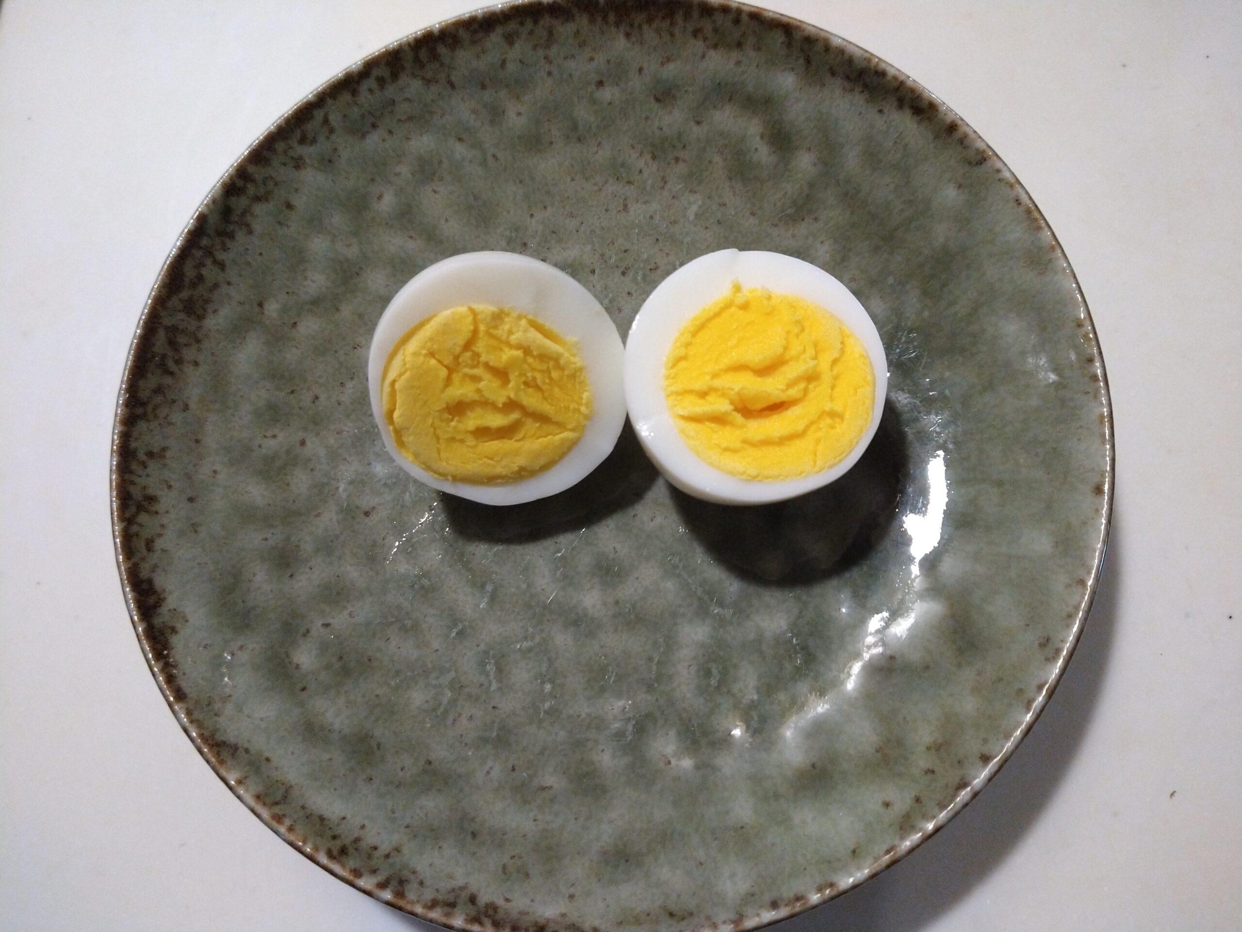 ゆで卵が目玉のように並んでいる